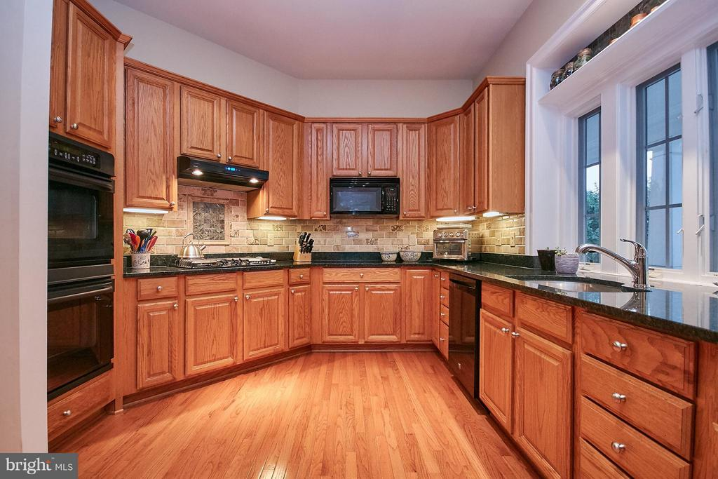 Gourmet Kitchen w/ Dbl Oven & Cooktop - 7224 FARR ST, ANNANDALE