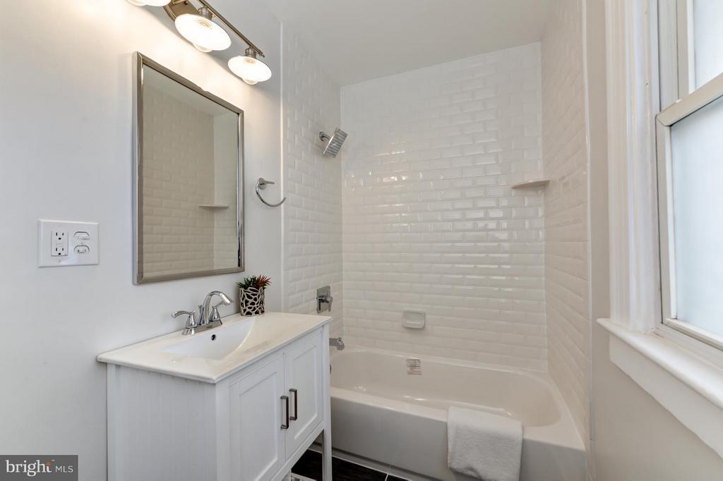 Upper Level Full Bath - 207 UNDERWOOD ST NW, WASHINGTON
