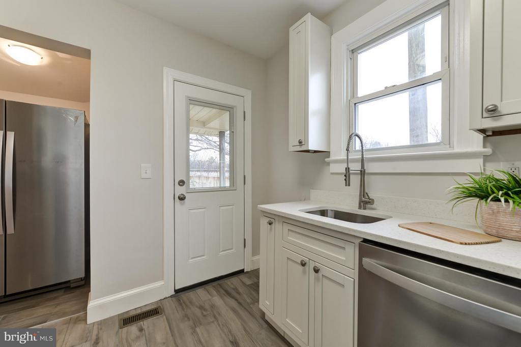 New Kitchen w/ Separate Entrance - 207 UNDERWOOD ST NW, WASHINGTON
