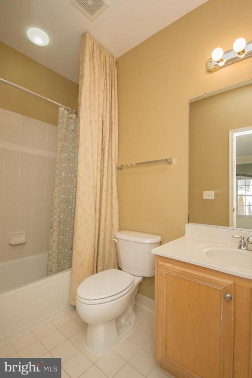 Full Bath off Princess Suite. - 21844 WESTDALE CT, BROADLANDS