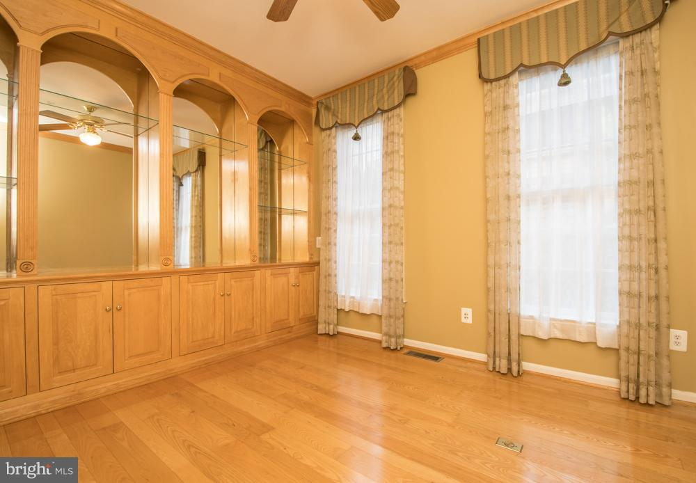 Library/Office with Custom Built-ins. - 21844 WESTDALE CT, BROADLANDS