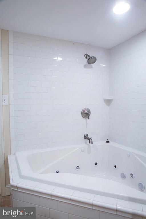 LL Full Bath - Whirlpool Tub - 1329 N CAROLINA AVE NE, WASHINGTON