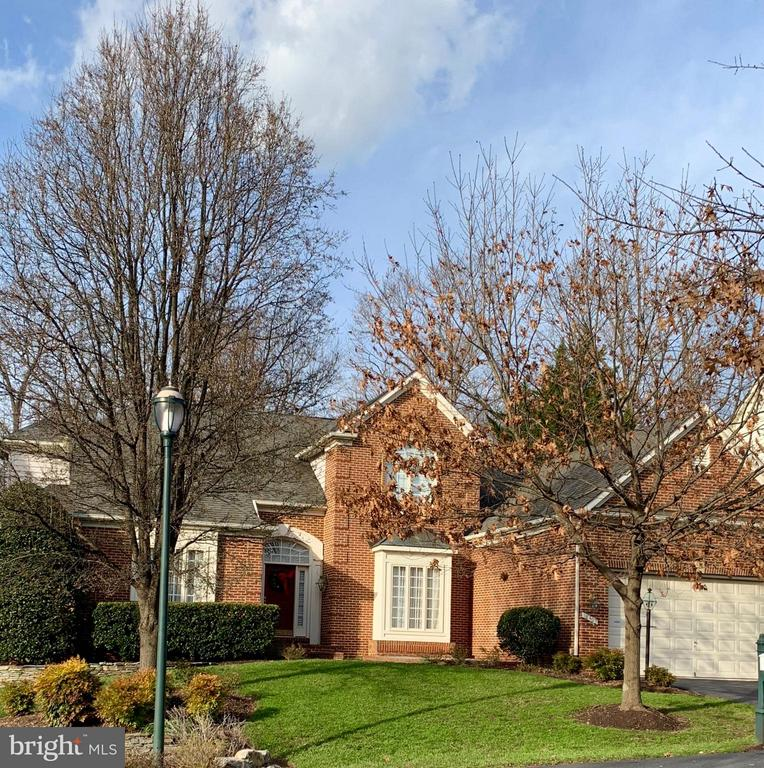 Professionally landscaped and maintained yard - 18403 KINGSMILL ST, LEESBURG