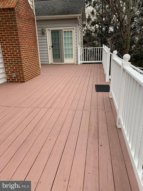 Spacious deck with low  maintenance fence - 18403 KINGSMILL ST, LEESBURG
