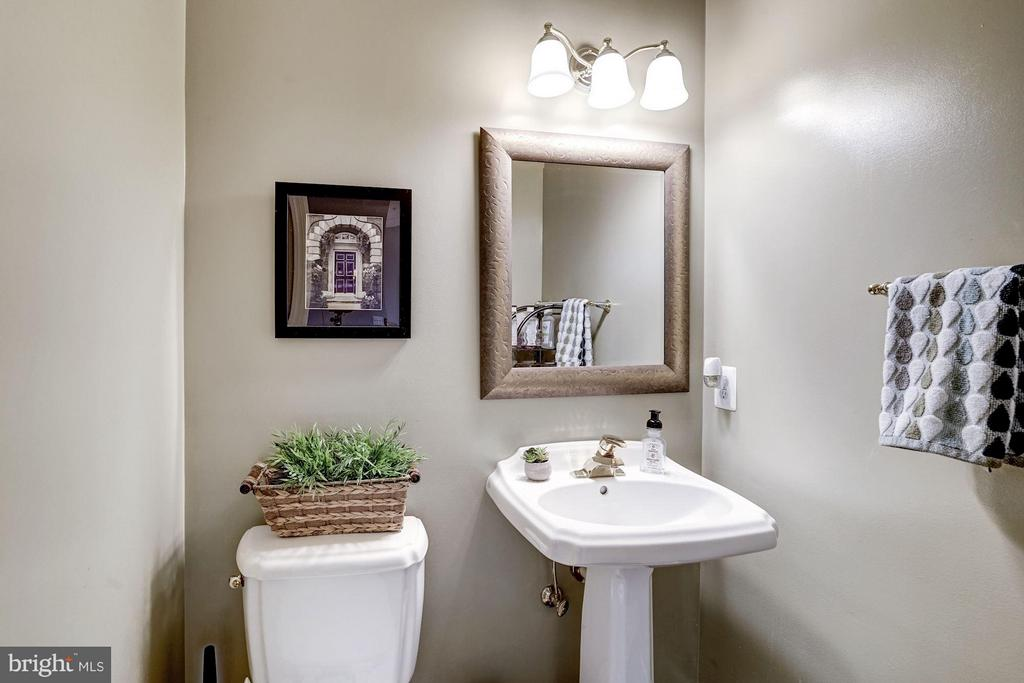 Main level half bath - 20374 FALLSWAY TER, STERLING