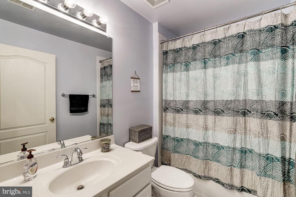 Upper level hall bath - 20374 FALLSWAY TER, STERLING