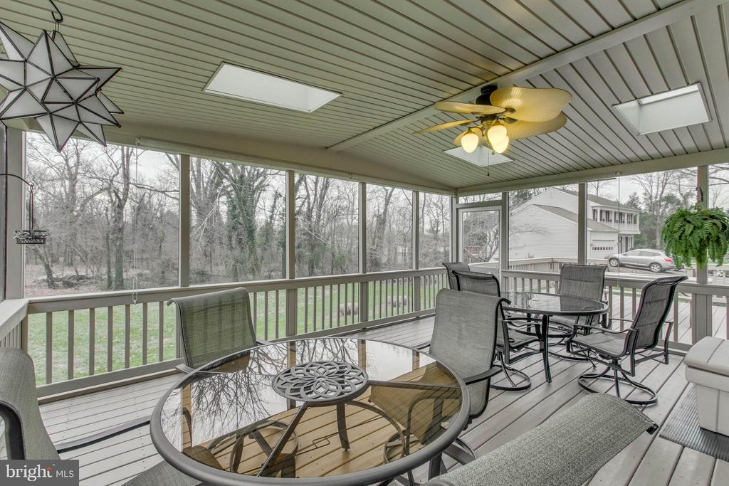Screened in porch with skylights - 145 PEYTON RD, STERLING