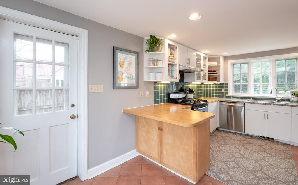 Kitchen with cozy eat in area - 6414 15TH ST, ALEXANDRIA