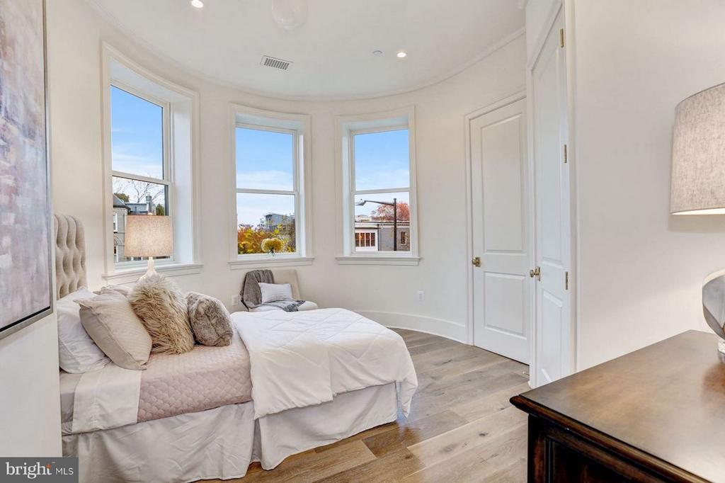 Light-Filled Guest Room - 1810 15TH ST NW #1, WASHINGTON
