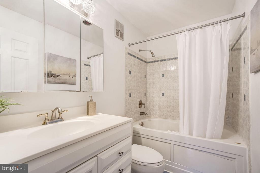 Master Bathroom with Jacuzzi Tub - 3249 SUTTON PL NW #C, WASHINGTON