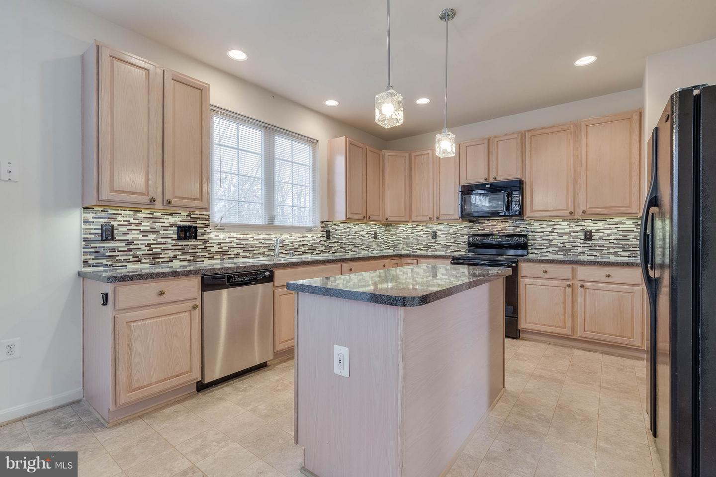 Additional photo for property listing at 15004 Lutz Ct 15004 Lutz Ct Woodbridge, Virginia 22193 United States