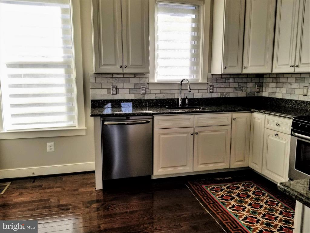 LARGE KITCHEN W/GRANITE COUNTERS, TILE BACK SPLASH - 3007 ESKRIDGE RD, FAIRFAX