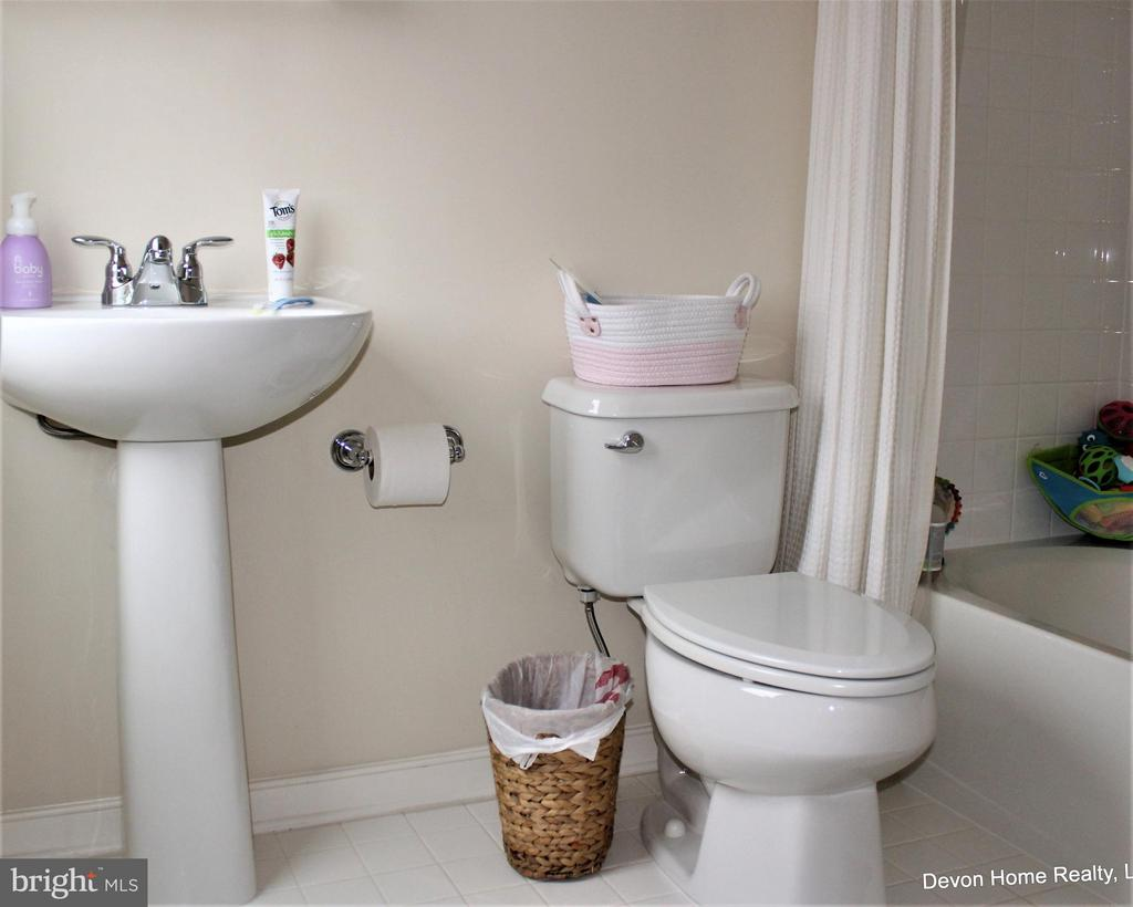 FULL TUB W/SHOWER TILE FLOOR AND TUB SURROUND - 3007 ESKRIDGE RD, FAIRFAX