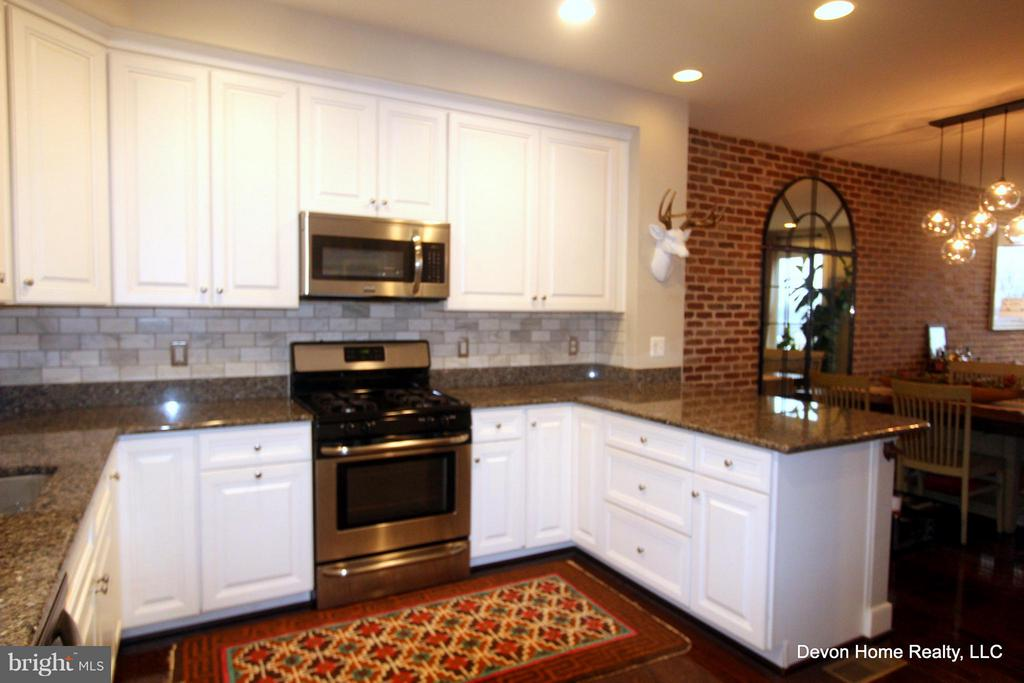 GAS COOKING AND BUILT IN MICROWAVE - 3007 ESKRIDGE RD, FAIRFAX