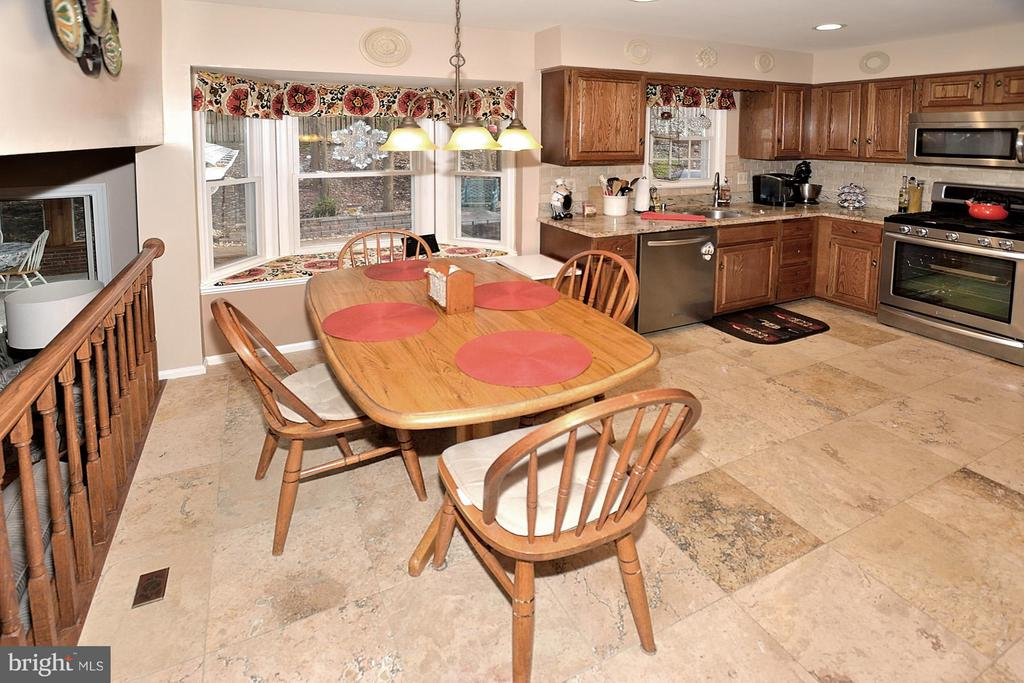 PLENTY OF TABLE ROOM IN KITCHEN - 9200 MACSWAIN PL, SPRINGFIELD