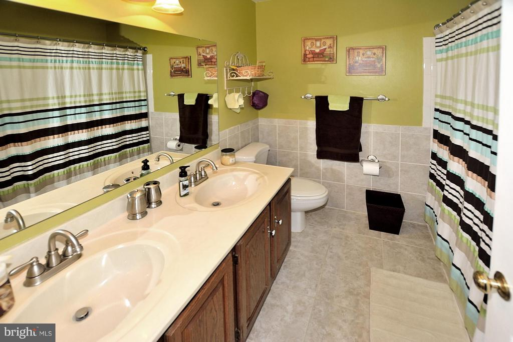 HALL BATH OFFERS DUAL SINKS - 9200 MACSWAIN PL, SPRINGFIELD