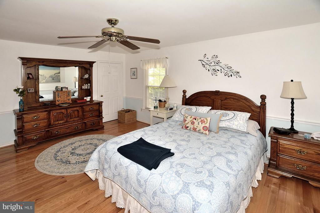 MASTER BEDROOM WITH CEILING FAN AND HARDWOOD - 9200 MACSWAIN PL, SPRINGFIELD