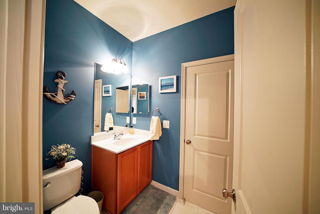 SHARED BATHROOM - BEDROOMS  3 & 4 - 42402 MYAN GOLD DR, ASHBURN