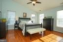 Master bedroom boast hardwoods and vaulted ceiling - 42919 SHELBOURNE SQ, CHANTILLY
