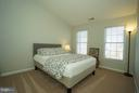 Guest bedroom with vaulted ceiling - 42919 SHELBOURNE SQ, CHANTILLY