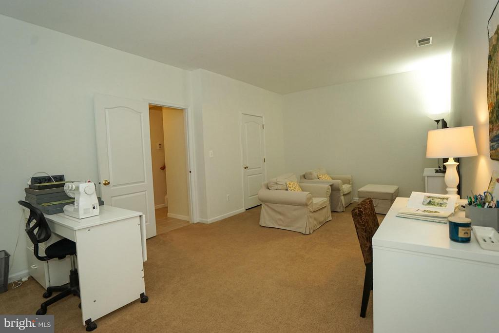 Huge rec room in lower level- half bath - 42919 SHELBOURNE SQ, CHANTILLY