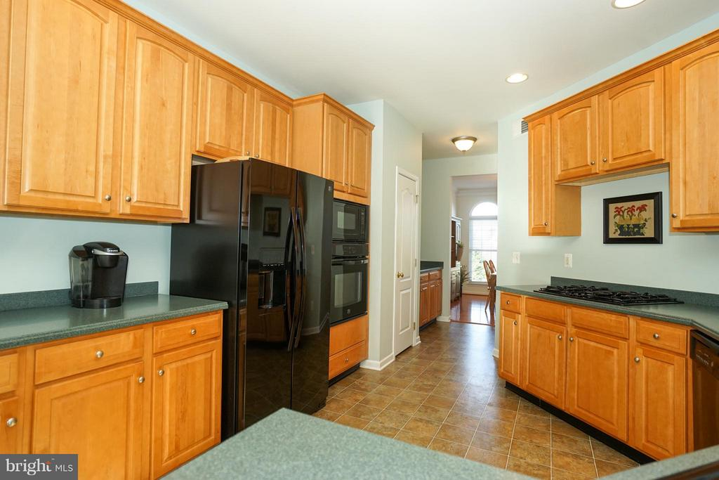 Open kitchen with lots of cabinetry and work space - 42919 SHELBOURNE SQ, CHANTILLY