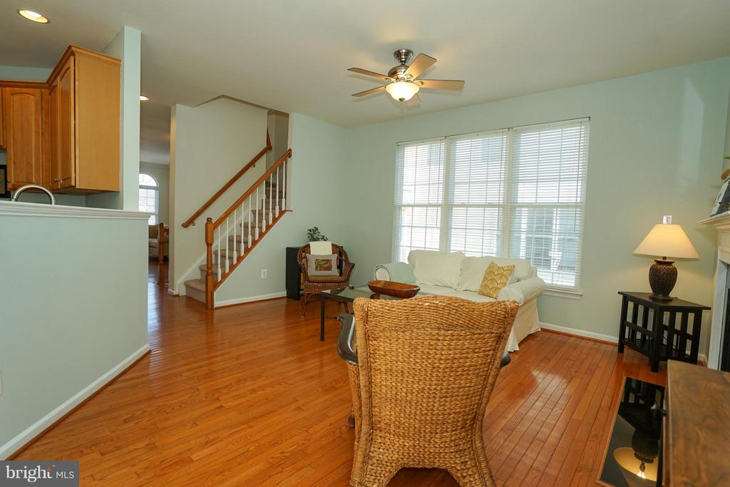 Family room with FP off of kitchen - 42919 SHELBOURNE SQ, CHANTILLY
