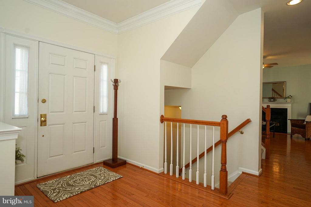 Side entry, whole main level has hardwoods - 42919 SHELBOURNE SQ, CHANTILLY