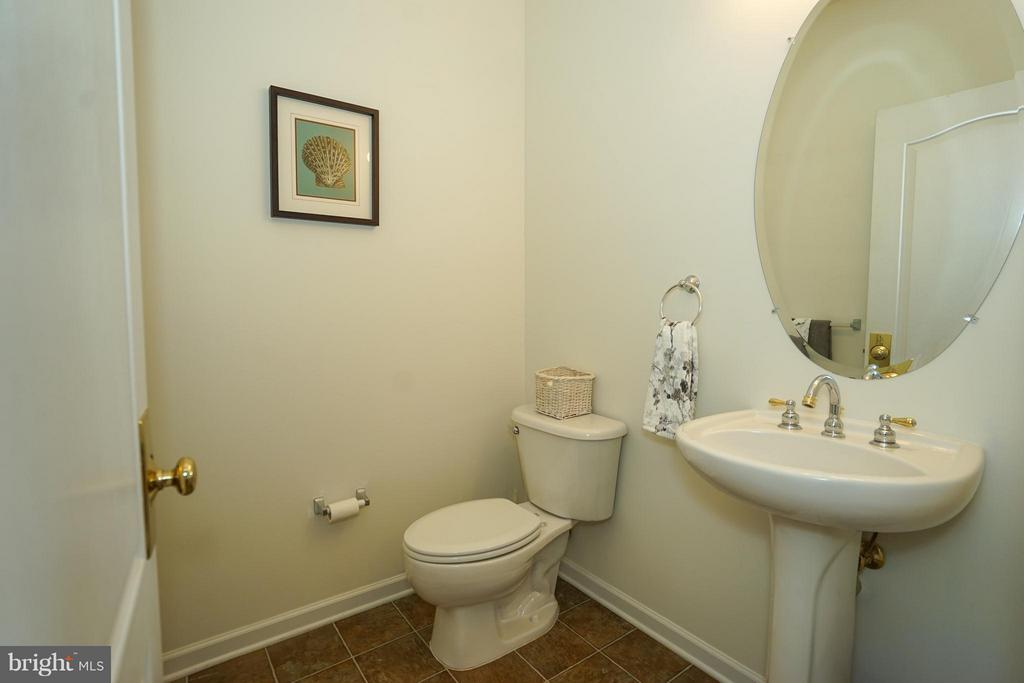 Main level powder room - 42919 SHELBOURNE SQ, CHANTILLY
