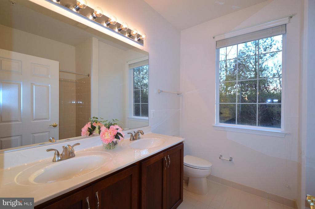 Masterbath #1 - double sink, window - 20365 BELMONT PARK TER #104, ASHBURN