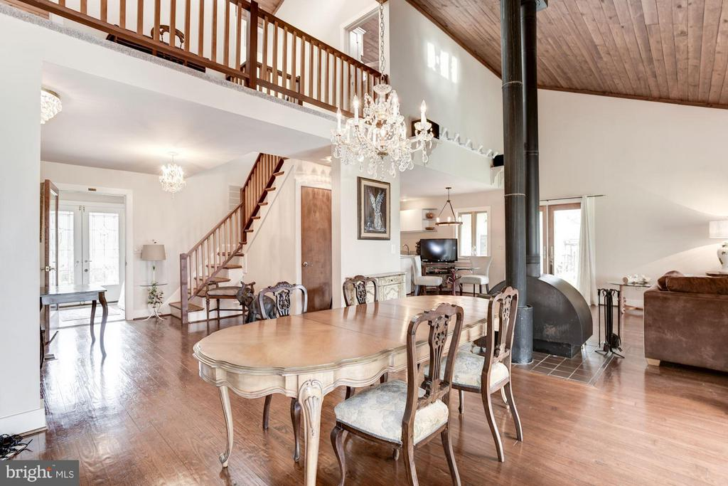 Vaulted wood ceiling - 23009 COBB HOUSE RD, MIDDLEBURG