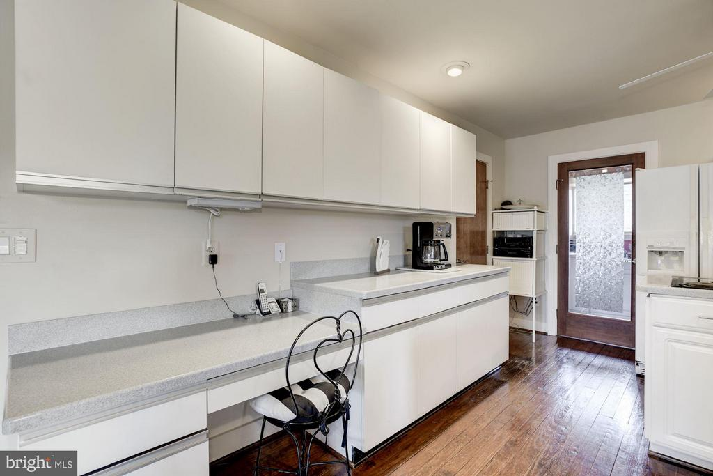 Great cabinet space leading to laundry room - 23009 COBB HOUSE RD, MIDDLEBURG
