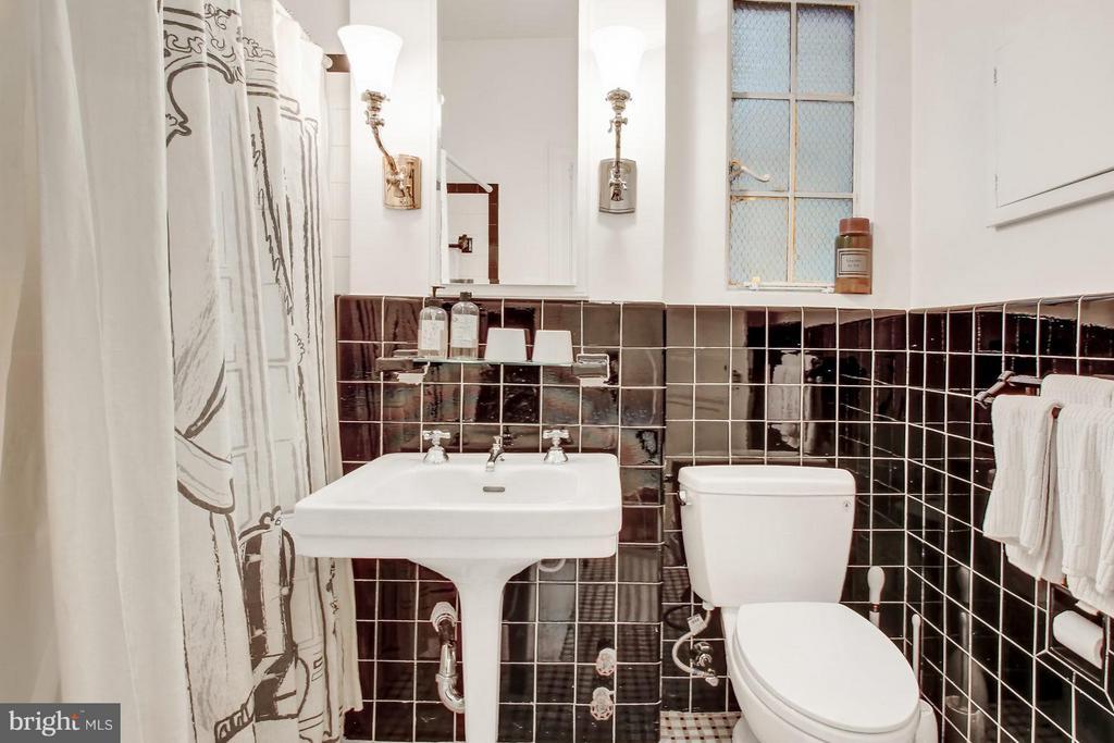 Guest bath - 4000 CATHEDRAL AVE NW #704B, WASHINGTON