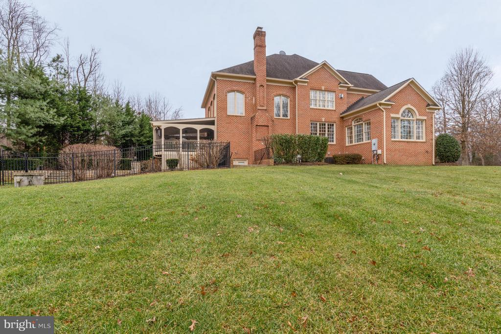 Large Side Yard for Outdoor Activities - 3013 ROSE CREEK CT, OAKTON