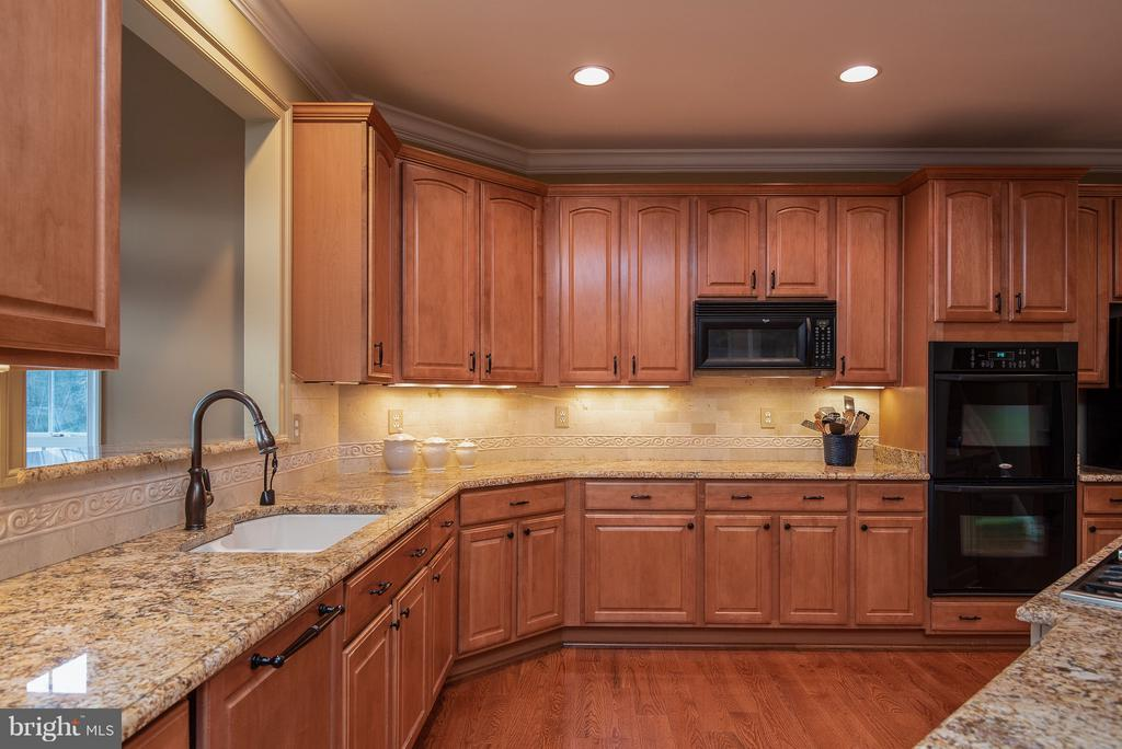 TONS of cabinet and couterspace! - 10 BOSTON CT, FREDERICKSBURG