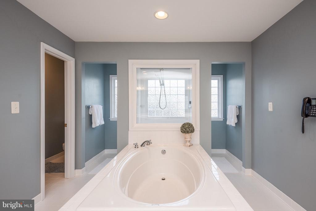 Relax in the soaking tub - 10 BOSTON CT, FREDERICKSBURG