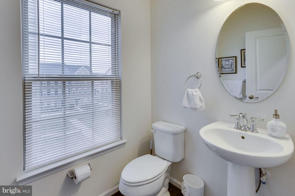 Perfect half-bath on main level - 7820 CULLODEN CREST LN, GAINESVILLE