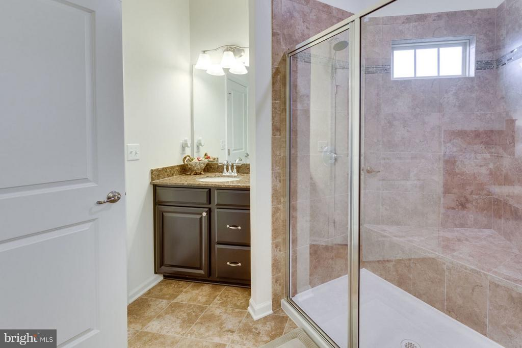 Glass shower separates two vanities - 7820 CULLODEN CREST LN, GAINESVILLE