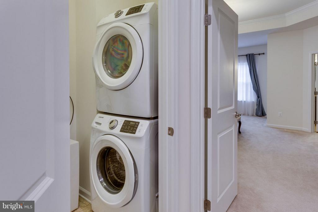 Compact laundry room on upper level - 7820 CULLODEN CREST LN, GAINESVILLE