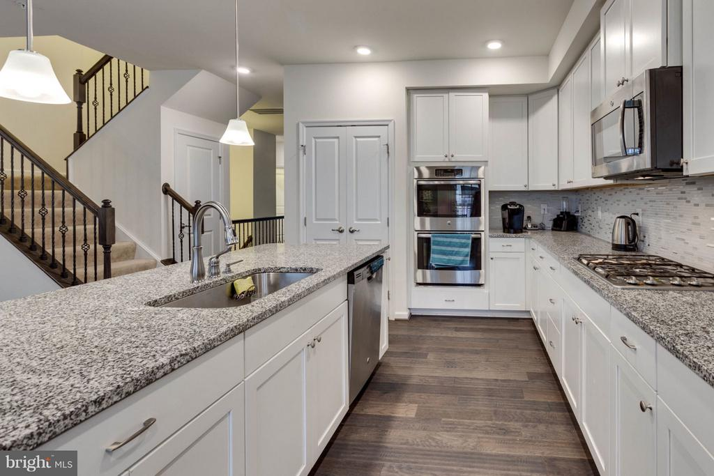 Stainless steel appliances and granite counter-top - 7820 CULLODEN CREST LN, GAINESVILLE