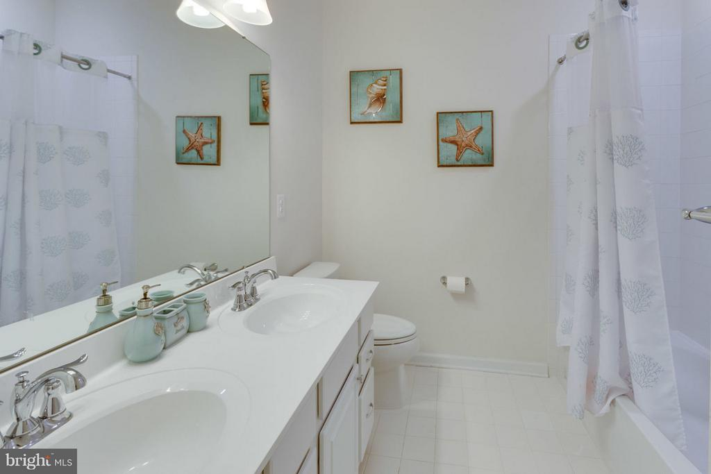 Shared bathroom on upper level has 2 vanities - 7820 CULLODEN CREST LN, GAINESVILLE