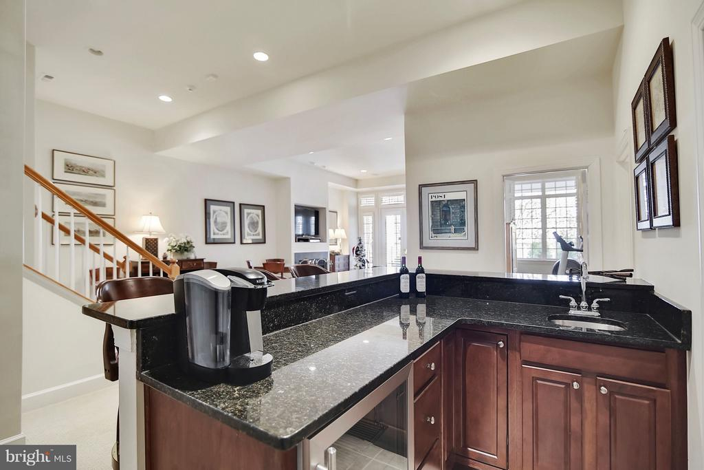 Wet Bar with Granite Counter - 43468 CASTLE HARBOUR TER, LEESBURG