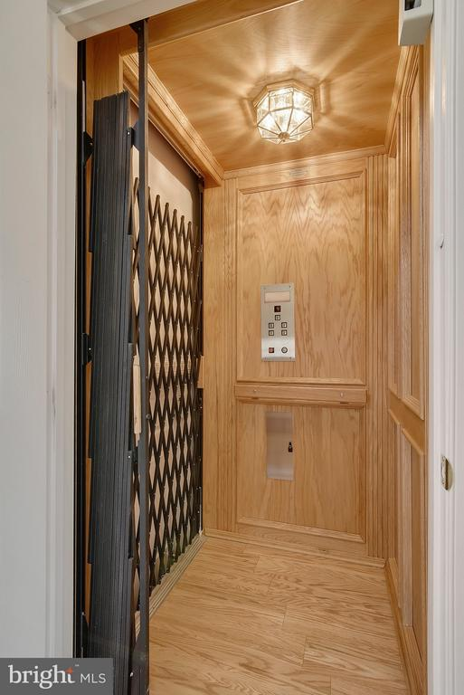 Elevator to all levels - 43468 CASTLE HARBOUR TER, LEESBURG