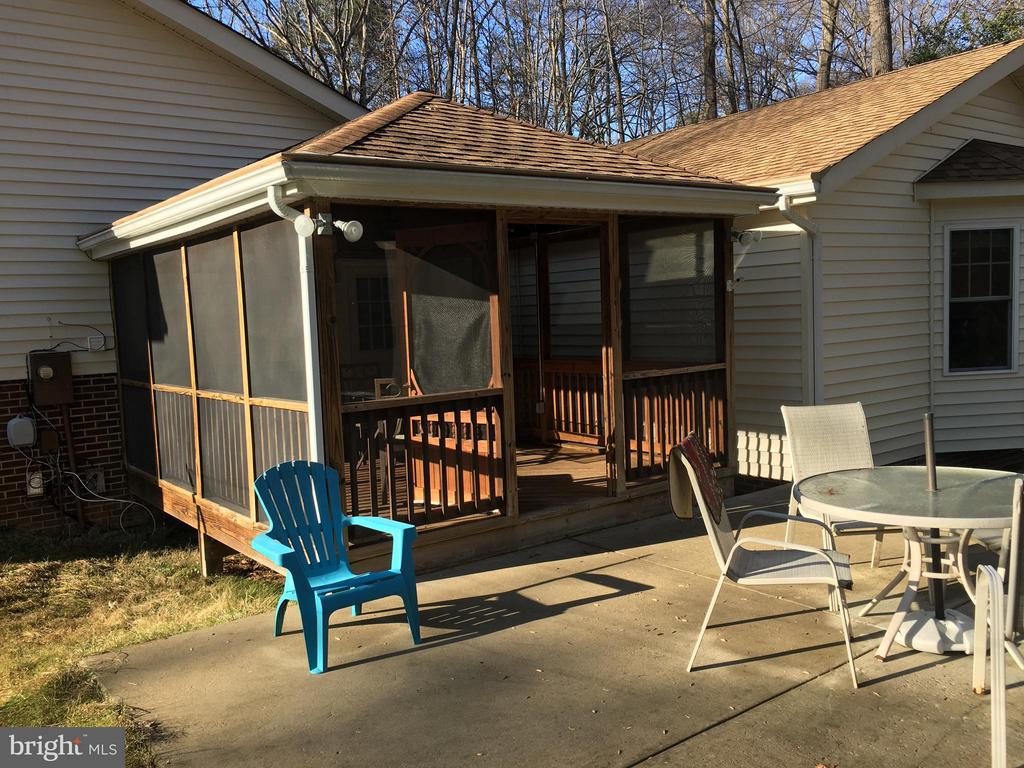 Entertain on patio or screened porch - 8427 BATTLE PARK DR, SPOTSYLVANIA