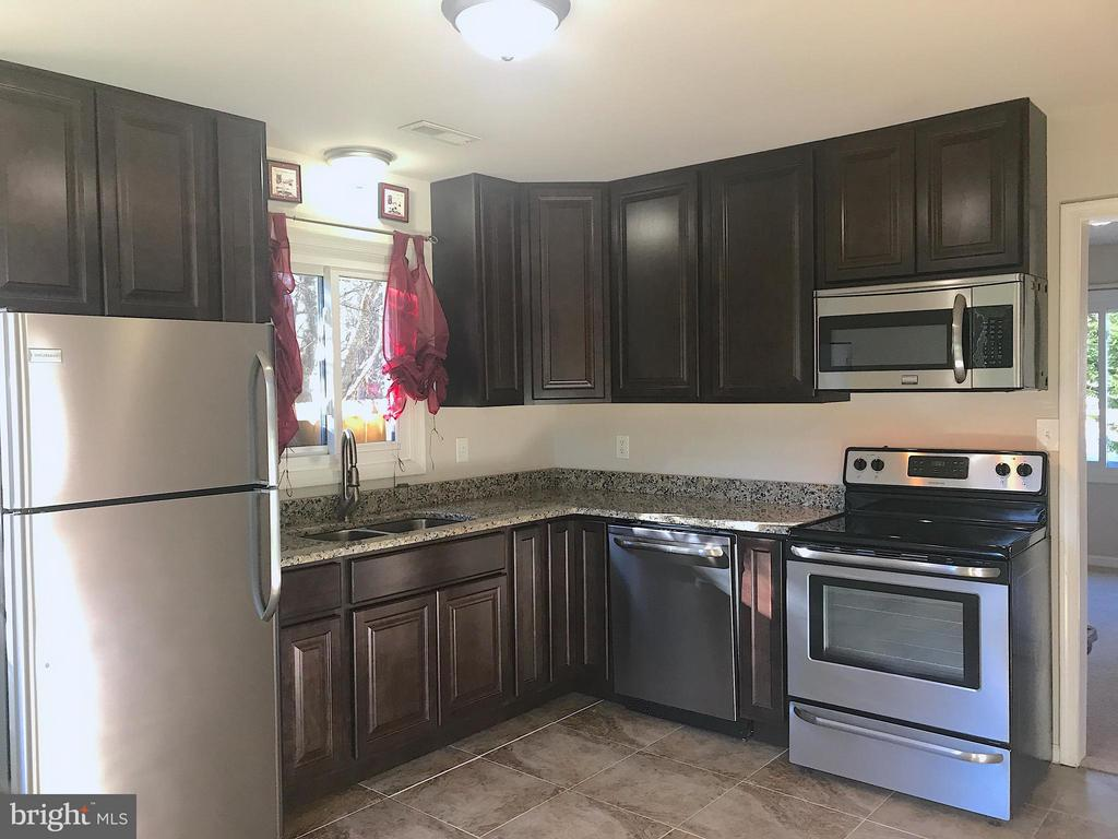Updated cabinets, granite, SS appliances, tile - 408 POLK DR, SPOTSYLVANIA