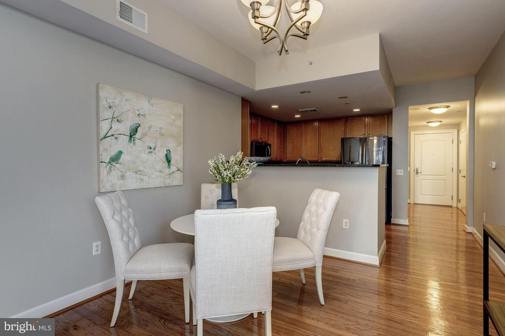 Real table space! - 1000 N RANDOLPH ST #305, ARLINGTON