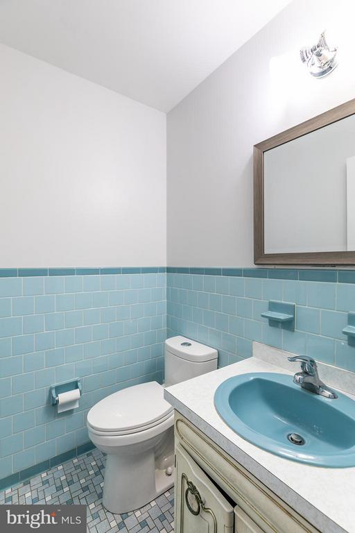 Half bath on main level - 2321 CONTEST LN, HAYMARKET