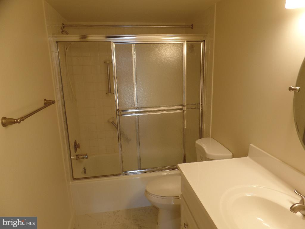Master Bath - 1800 OLD MEADOW RD #618, MCLEAN