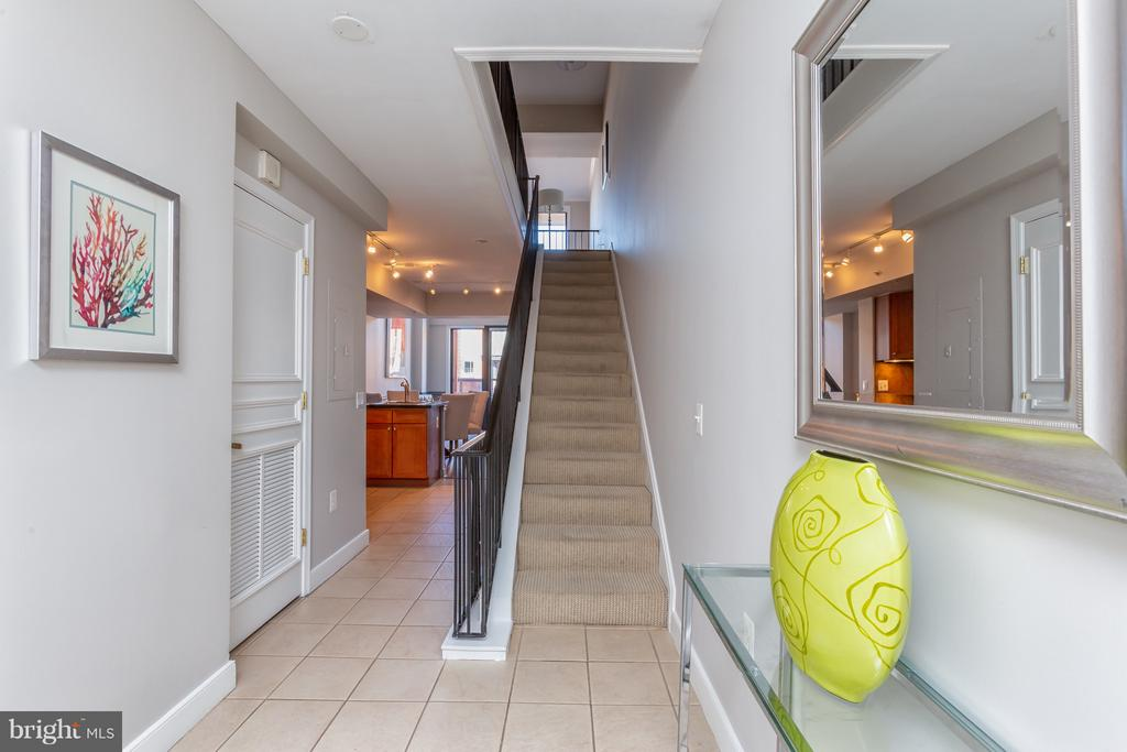 Large entry hallway. - 616 E ST NW #1150, WASHINGTON
