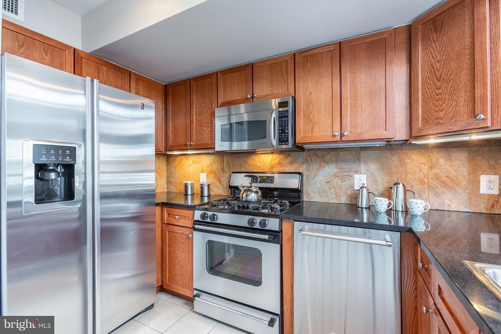 Gourmet kitchen with upgraded S/S appliances. - 616 E ST NW #1150, WASHINGTON